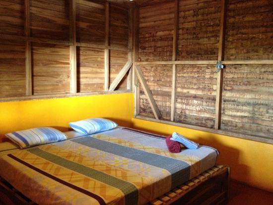 Buena Onda Backpackers: bedroom and nice big bed
