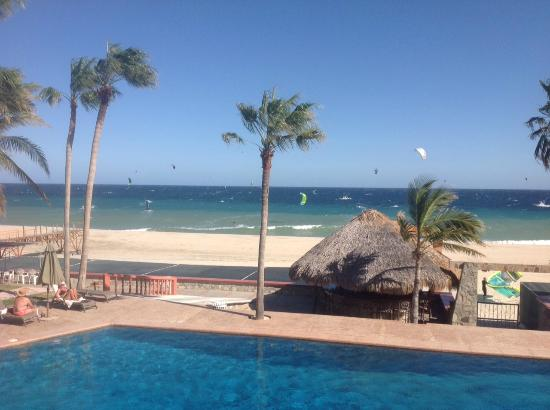 Hotel Playa Del Sol: View from balcony at lunch of pool and kitesurfers
