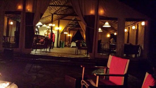 Sekenani Camp: Dining room/lounge at night