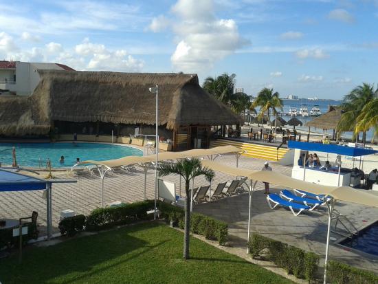 Aquamarina Beach Hotel : Vista del área de piscinas desde nuestra habitación en segundo nivel