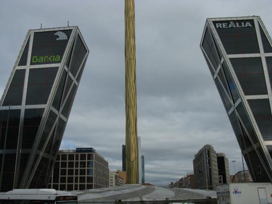 Vista una de las torres fotograf a de puerta de europa - Torres kio arquitecto ...