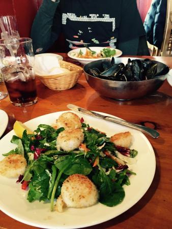 Noah's Restaurant: Great fresh hot bread, chowder and scallops