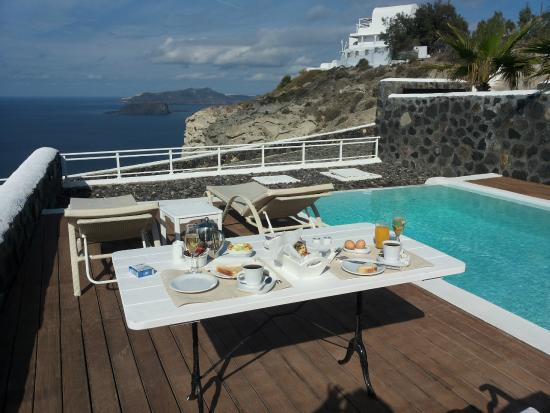Thermes Luxury Villas: Frühstück am Pool mit Aussicht