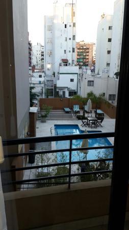 Sures Belgrano Suites: Vista de la piscina desde mi habitación