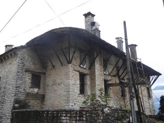Gjirokaster, Albânia: View from courtyard