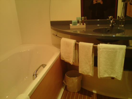 Novotel Suites Berlin City Potsdamer Platz: Douche et baignoire