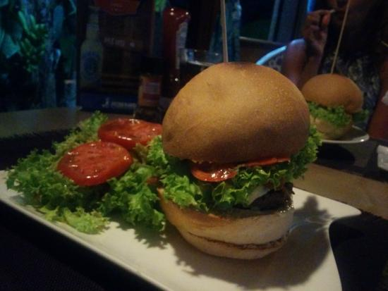 Fare La Canadienne : Large Yummy Burgers! This was a treat, and rare on Moorea