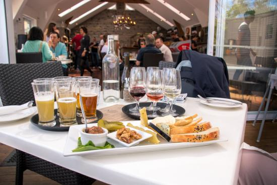 Isla Waiheke, Nueva Zelanda: Exceptional wine and beer tasting goes great with amazing cheese platter !