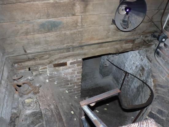 The Pirates' House : passage to tunnel