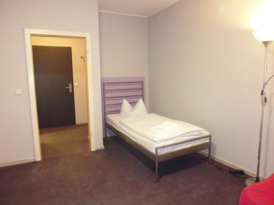 Berliner Hof Hotel : Single bed