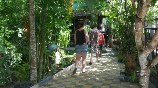 Krabi Thai Cookery School: Beautiful setting walking into the school