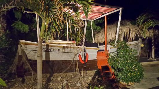 StevieWonderLand : Peñero dentro del hotel con muebles dentro para sentarse en el. Little boat in the swiming pool