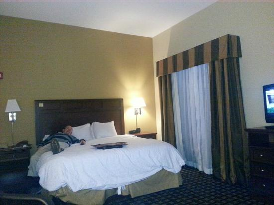 Hampton Inn & Suites Columbia (at the University of Missouri) : Lots of room and a comfortable king size bed