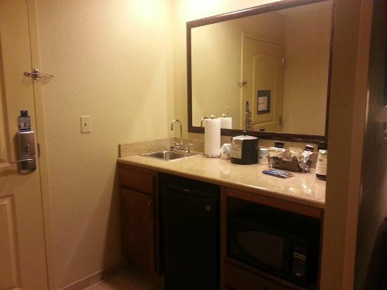 Hampton Inn & Suites Columbia (at the University of Missouri) : Neat little kitchen area in the Suite