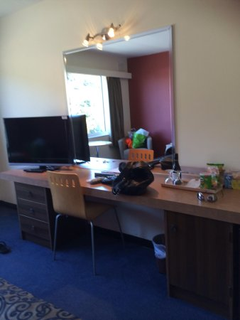 Burnie Central Townhouse Hotel: Desk/TV