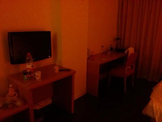 Home Inn (Beijing Dongzhimen): TV Set and Table