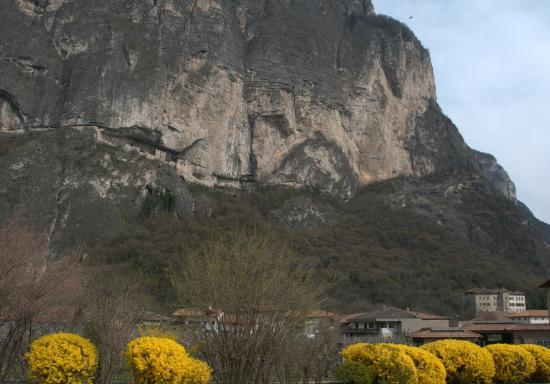 Mezzocorona, Italia: Dietro a Castel Firmian, nel bosco, si snoda il sentiero che in venti minuti porta al Castello