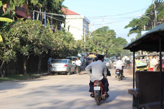The Siem Reap Central Hostel : 目の前の通り Old Market方面