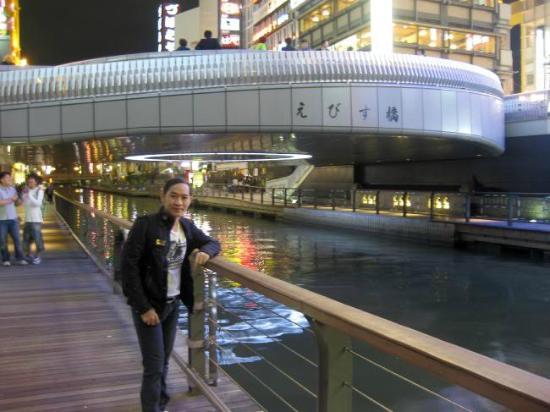 Kanidouraku Dotombori-Honten: คลองที่หลายๆคนชอบมาเดินเล่น ครับ