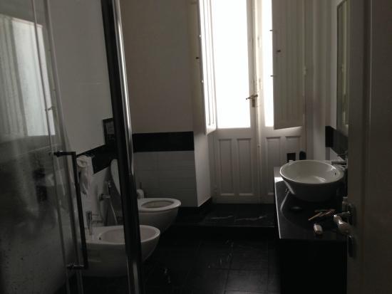 Cagliari Boutique Rooms: Grosses, helles Badezimmer