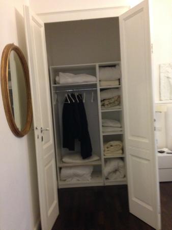 Cagliari Boutique Rooms: Grosser, komfortabler Kleiderschrank.
