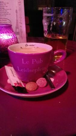 Le Pub Leidseplein: coffee with miniature cookies