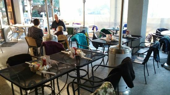 Palmetto Bay Sun Rise Cafe: 40 degrees outside... But Heaters and blankets on every seat made us do right toasty!