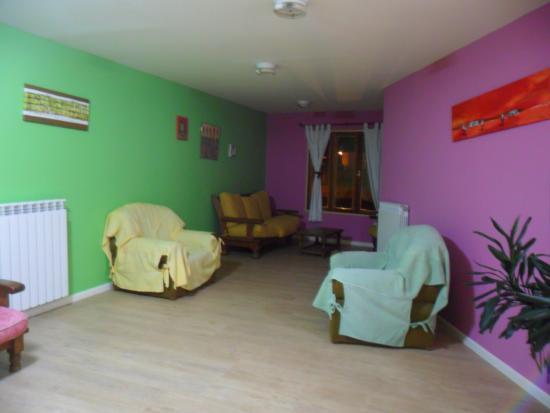Pioneros del Valle: Sala de estar en el piso de arriba, donde se encuentran las habitaciones.