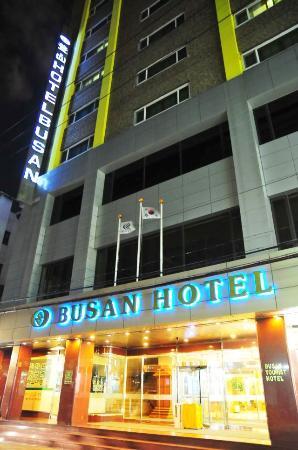 โรงแรมปูซาน: 夜のホテル外観