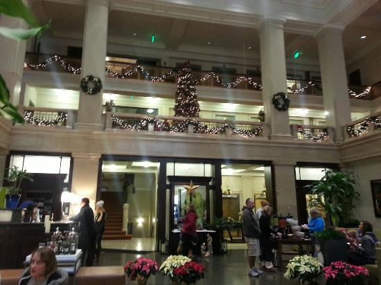 Hilton Garden Inn Indianapolis Downtown : The lobby at Christmas