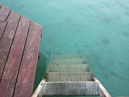 Pehaltun Villas: Treppe vom Steg ins Wasser