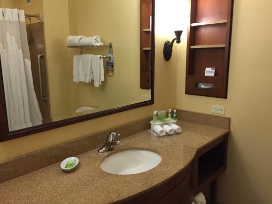 Holiday Inn Express El Dorado Hills Hotel: bath with great counter space - granite!