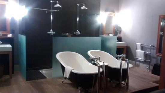 Hotel du Vin Cheltenham: Double monsoon shower & twin baths