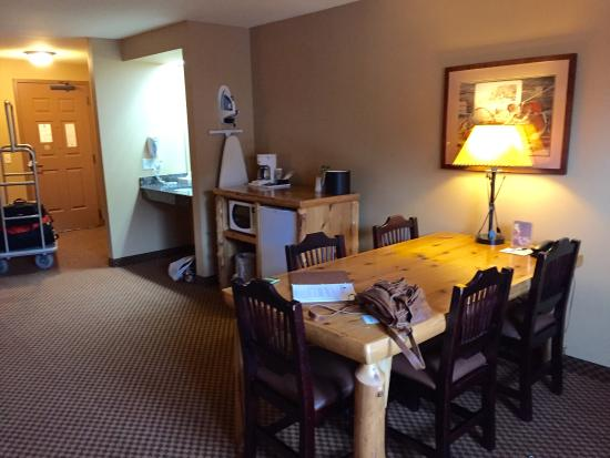 Arrowwood Lodge At Brainerd Lakes: So roomy and a great table!