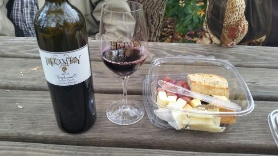 Murphys, Californië: Nice Tempranillo and artisan cheese plate to enjoy in the picnic area at the tasting room
