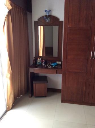 Arita Hotel: туалетный столик в стандартном номере
