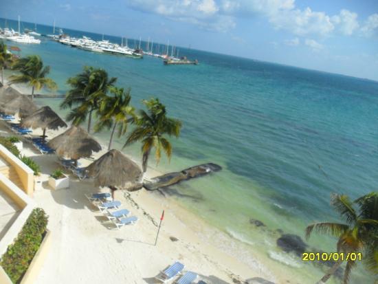 All Ritmo Cancún  Resort & Waterpark: vista a la playa desde una habitacion
