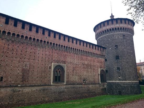 Castello sforzesco picture of brera district milan for Brera district