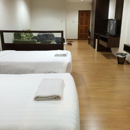 Baan Klang Hua Hin Condo & Resort: Very big room for twin sharing  Good service with private parking  Thumbs up!! Strongly recomm