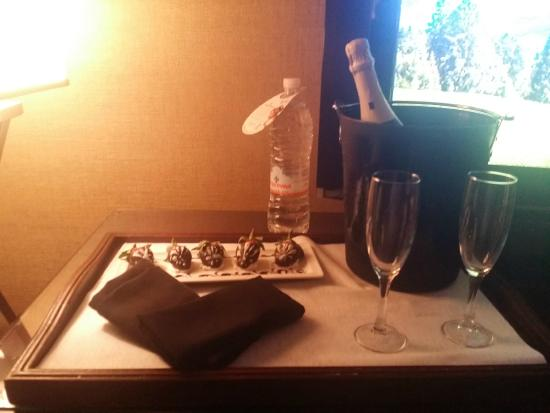 Omni Dallas Hotel at Park West: Champagne and Chocolate Dipped Strawberries