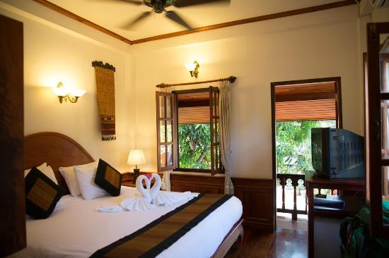 Villa Chitdara : Stilvoll eingerichtete Zimmer mit Bad, Safe, Fan und Aircon