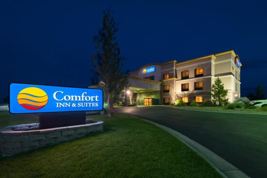 Comfort Inn & Suites: Night Building Picture