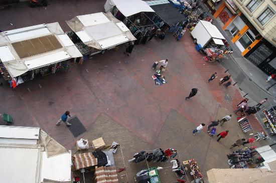 Russafa Youth Hostel: Вид из окна на рынок