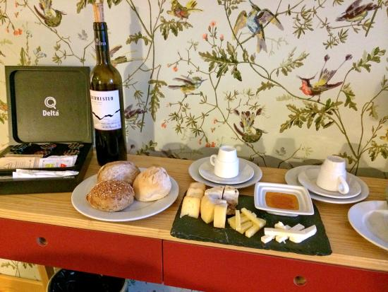 Lisboa Carmo Hotel: The wine and cheeze included in the room