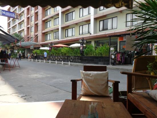 Вид на отель из кафе напротив