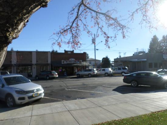 Cloud 9 Bakery and Deli: front on bakery from town square across street