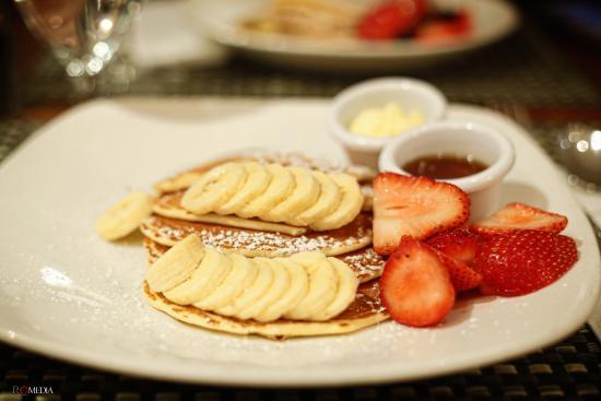 Sarabeth's West: Pancake con banane e fragole