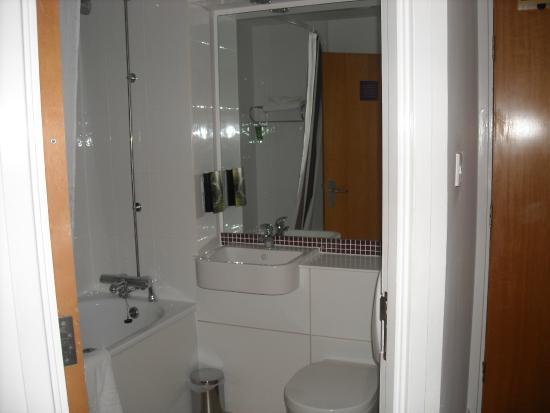 Premier Inn Leeds / Bradford Airport Hotel: Nice, clean bathroom