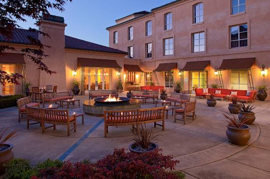 Hyatt Vineyard Creek Hotel: Firepit at night