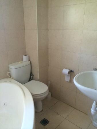Galileo Hotel: Bathroom